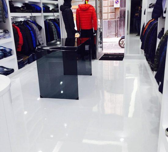 Monocromo_resina_errelab_pavimento_bianco_lucido_negozio